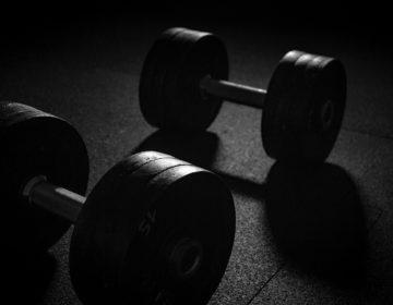 Как сделать мышцы симметричными: беритесь за гантели